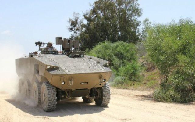 """Le tout nouveau blindé de l'armée israélienne, """"Eitan"""" (inébranlable), présenté le 1er août 2016. (Crédit : Dana Shraga/ministère de la Défense)"""