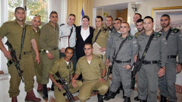 Des gardes-frontières et des soldats arabes chrétiens autour du ministre (Likud) Ofir Akunis. (Crédit : unité des porte-paroles de l'armée israélienne)