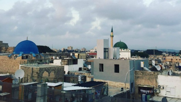 Vue sur la Vieille Ville d'Akko, premier arrêt d'une visite en galilée occidentale. (Crédit : Jessica Steinberg/Times of Israel)
