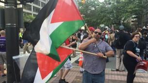 Abbas Hamideh, 41 ans, de la Coalition pour le droit au retour en Palestine, manifeste contre Donald Trump devant la Convention nationale républicaine 2016 à Cleveland, Ohio, en juillet 2016. (Crédit : Eric Cortellessa/Times of Israel)