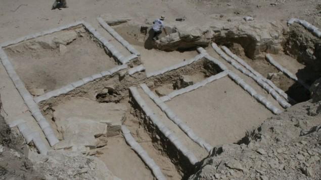 Un atelier de fabrication de vases en calcaire de l'époque du Deuxième Temple fouillé par les universités d'Ariel et de Malte, en Galilée, près de Kfar Kanna, en août 2016. (Crédit : Yonatan Adler)