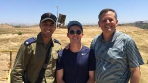 Le sénateur américain Steve Daines et son fils Michael devant une batterie anti-missiles du Dôme de Fer, au nord de la bande de Gaza, en juillet 2016. (Crédit : autorisation/bureau du sénateur Steve Daines)