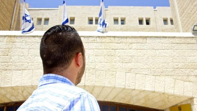 A.H., 21 ans, habite à Jérusalem Est, et est volontaire pour le service national d'Israël, en août 2016. (Crédit : Dov Lieber/Times of Israel)