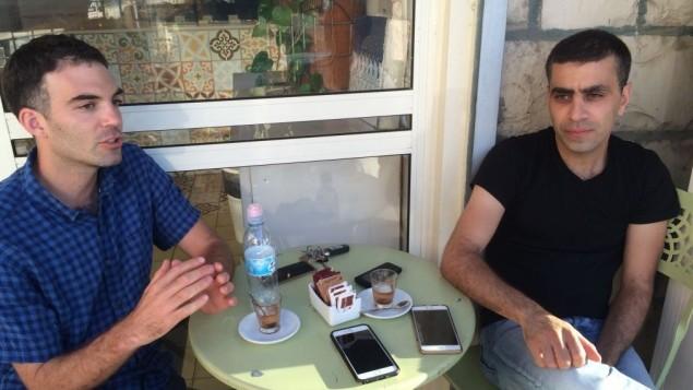 Adam Ziv (à gauche) et Alaa Sweetat, propriétaires de Buza, un glacier galiléen. (Crédit : Jessica Steinberg/Times of Israel)
