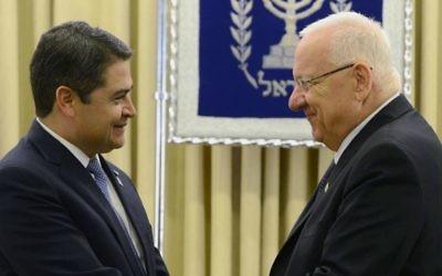 Le président du Honduras Juan Orlando Hernández avec le Président d'Israël Reuven Rivlin à Jérusalem, en octobre 2015 (Crédit : Mark Nayman / GPO / Wikipedia / CC BY-SA 3.0)