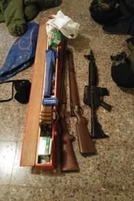 Un fusil d'assaut M-16 et des fusils découverts par des soldats de Tsahal à Khirbat Abu Lahm, au nord-ouest de Jérusalem, lors d'un raid le 10 août 2016. (Photo: Porte-parole de Tsahal)