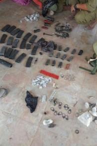 Des munitions découvertes par l'armée israélienne à Khirbat Abu Lahm, au nord-ouest de Jérusalem, lors d'un raid le 10 août 2016. (Photo: Porte-parole de Tsahal)