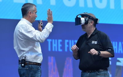 Craig Raymond d'Intel en train de présenter le casque de réalité virtuelle Projet Alloy au PDG d'Intel Brian Krzanich (à gauche) à l'Intel Developer Forum 2016 à San Francisco, le mardi 16 août 2016 (Crédit : Intel Corporation)