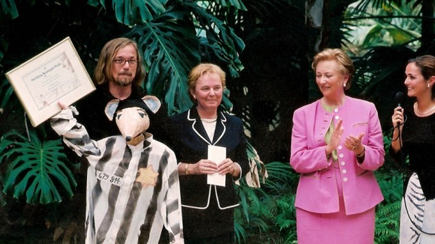 Luc Descheemaeker (à gauche) a été distingué par la reine Pala de Belgique (en rose) pour son adaptation du roman graphique Maus d'Art Spiegelman, en 2002. (Crédit : Institut Sint-Jozefs/JTA)