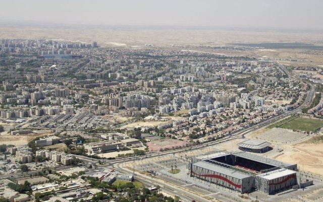 Une photos aérienne de la ville de Beer Sheva prise par un avion de l'Armée de l'Air israélienne le Jour de l'Indépendance, le 12 mai 2016 (Crédit : Judah Ari Gross / Times of Israel)