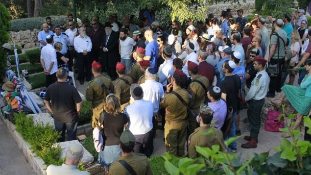 Des dizaines de personnes sont rassemblées au cimetière miliaire du mont Herzl à Jérusalem pour le dixième anniversaire de la mort de Michael Levin, le 11 août 2016. (Crédit : Judah Ari Gross/Times of Israel)