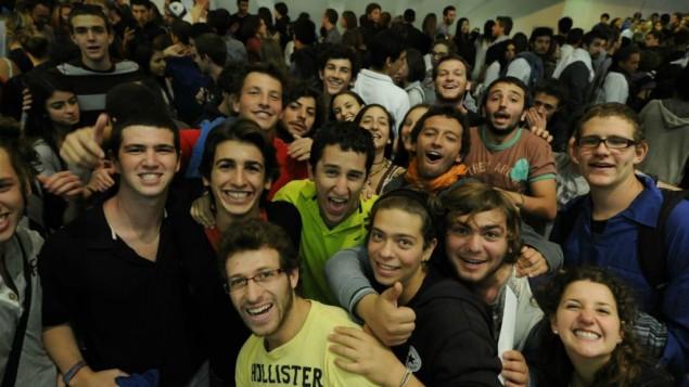 Etudiants et bénévoles du monde entier célèbrent le programme Massa au centre de conférence international de Jérusalem, le 29 octobre 2012. (Crédit : Louis Fisher/Flash90)