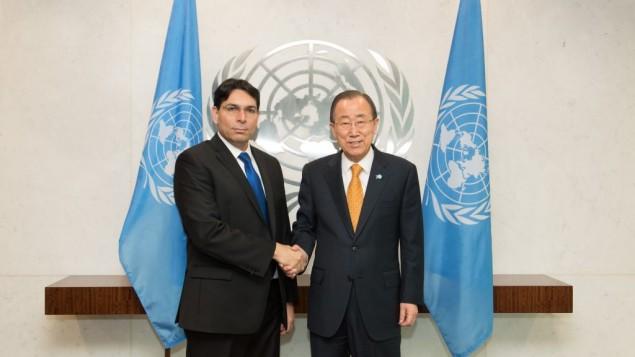 L'ambassadeur israélien à l'ONU, Danny Danon, avec le secrétaire général de l'ONU, Ban Ki-moon, le 2 novembre 2015. (Crédit : Shahar Azran)