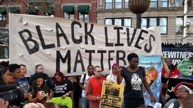 "Une manifestation du mouvement ""Black Lives Matter"" à New York, le 29 avril 2015. (Crédit : CC BY-SA Wikimedia commons, The All-Nite Images)"