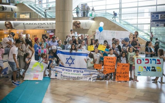 L'arrivée de Juifs français en Israël à l'aéroport Ben Gurion, Tel Aviv, le 2 août 2016 (Crédit : Noam Moscowitz)