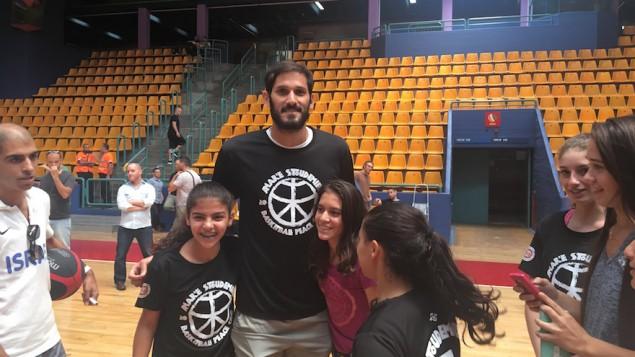 Omri Casspi avec des enfants au camp de basketball d'Amare Stoudemire à Jérusalem, le 8 août 2016. (Crédit : Andrew Tobin)