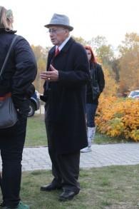 Philip Bialowitz au camp d'extermination nazi de Sobibor, en Pologne, dont il s'était échappé pendant la Deuxième Guerre Mondiale, ici en 2013. (Crédit : CC-BY-SA/Anton-kurt/Wikimedia)