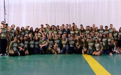 Le président Reuven Rivlin entouré des 75 nouveaux soldats seuls venus d'Amérique du Nord qui ont fait leur alyah avec l'association Nefesh B'Nefesh,  le 17 août 2016. (Crédit : Mark Neiman/GPO)