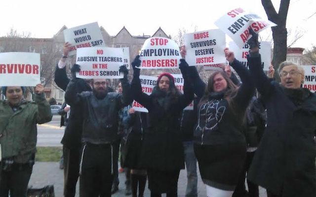 Les militants orthodoxes manifestent à l'extérieur d'une yeshiva de Brooklyn en demandant aux institutions de faire davantage pour signaler et d'enquêter sur les allégations d'abus sexuels et physiques sur des l'enfants (Crédit : Autorisation de Chaim Levin via JTA)