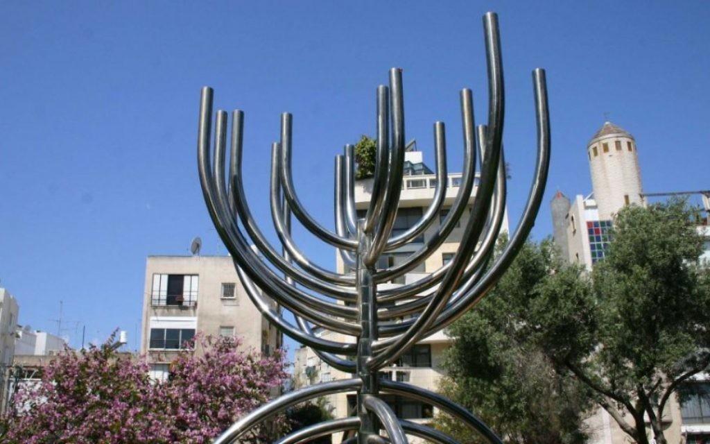 La sculpture dans le parc Brender est l'œuvre de l'artiste contemporain Yaakov Agam. (Photo: Shmuel Bar-Am)