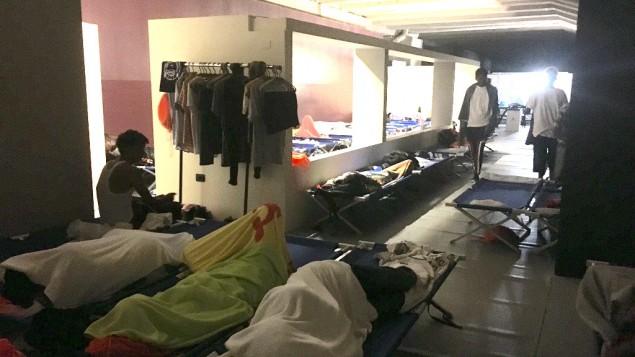 Des réfugiés dorment au mémorial, à Milan, en août 2016. Depuis la montée du terrorisme en Europe occidentale, beaucoup de migrants ont été immobilisés. (Crédit : Rossella Tercatin/ Times of Israel)