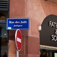 Panneau de la rue des juifs à Strasbourg, France (Crédit : wikimedia commons)