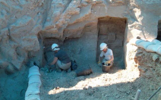 Des archéologues travaillent sur un atelier de fabrication de vases en calcaire de l'époque du Deuxième Temple. Les fouilles sont menées par les universités d'Ariel et de Malte, en Galilée, près de Kfar Kanna, en août 2016. (Crédit : Yonatan Adler)
