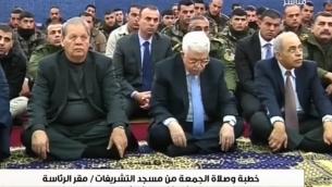 Mahmoud Abbas, président de l'Autorité palestinienne, écoute le sermon du vendredi du Dr Habbash, dans les quartiers présidentiels de l'AP, à Ramallah. (Crédit : capture d'écran YouTube)