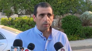 Ofek Bouchris s'adresse aux journalistes devant sa maison de Galilée après avoir été inculpé pour viol, sodomie et d'autres actes indécents, le 21 juillet 2016. (Crédit : capture d'écran Walla news)