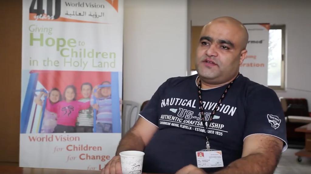 Mohamed Halabi, membre du Hamas et directeur des opérations de l'organisme World vision dans la bande de Gaza, a été inculpé le 4 août 2016, pour avoir détourné les fonds de l'organisme de bienfaisance au profit de l'organisation terroriste. (Crédit : Capture d'écran World vision)