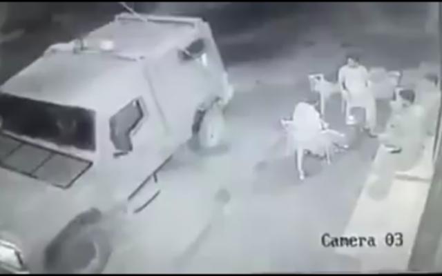 Les images d'une caméra de sécurité  qui semble montrer des soldats dans une jeep militaire jetant une grenade incapacitante sur les hommes palestiniens assis à l'extérieur d'un magasin le 15 août 2016 (Crédit : Capture d'écran Ramallah News)