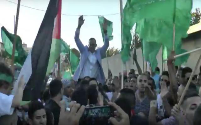 Une fête organisée pour Sufyan Abdu, qui venait d'être libéré de prison après avoir purgé une peine de 14 ans pour avoir tenté d'empoisonner les Israéliens pendant la Seconde Intifada, dans le quartier de Jabel Mukaber Jérusalem-Est, le 15 août 2016 (Crédit : Capture d'écran YouTube)