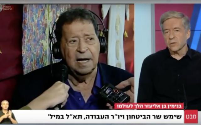 L'ancien ministre Yossi Beilin en train de critiquer l'ancien ministre de la Défense Binyamin Ben-Eliezer, à gauche, lors d'une interview sur la Première chaîne le 28 août 2016 (Crédit : Capture d'écran YouTube)