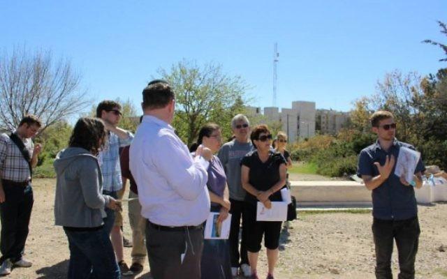 Des étudiants rabbiniques visitent Hébron pendant un voyage organisé par Truah : l'appel rabbinique pour les droits de l'Homme, en 2004. (Crédit : Facebook)