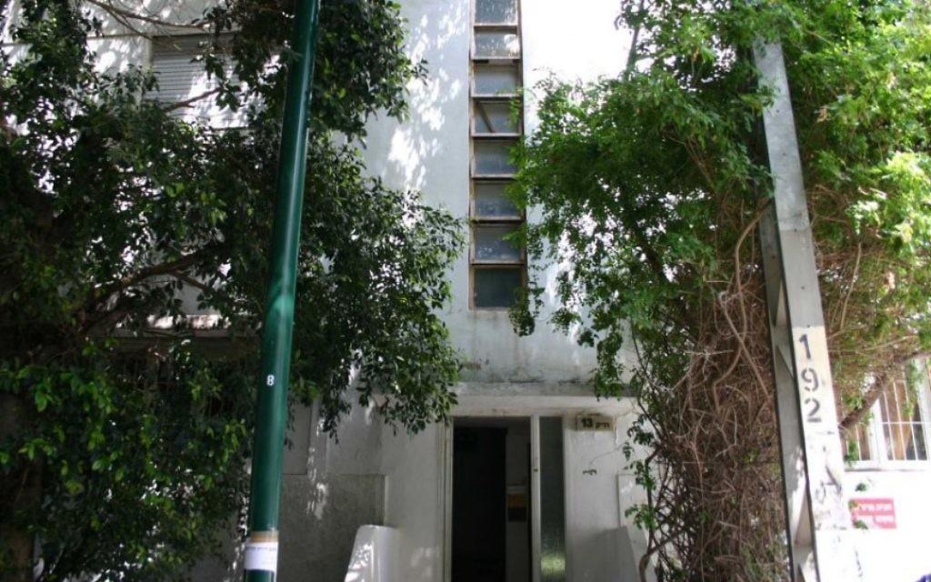 Des fenêtres dans les cages d'escalier , une adaptation au style Bauhaus européen pour le climat chaud d'Israël, rue Ranak. (Photo: Shmuel Bar-Am)