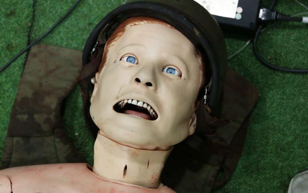Un mannequin sophistiqué dans l'une des pièces à une seule victime du simulateur de traumatisme médical. Les futurs infirmiers combattants peuvent pratiquer des opérations sur le cou du mannequin, et ses pupilles peuvent se dilater pour simuler une blessure cérébrale. (Crédit : Luke Tress/Times of Israel)