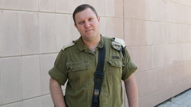 Aviv Gelbar, commandant du simulateur de traumatisme médical de l'armée israélienne. (Crédit : Luke Tress/Times of Israel)