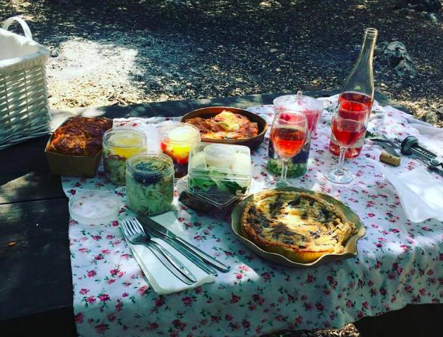 Un pique-nique de Brioche de Nahariya, au parc Goren, en Galilée occidentale. (Crédit : Jessica Steinberg/Times of Israel)