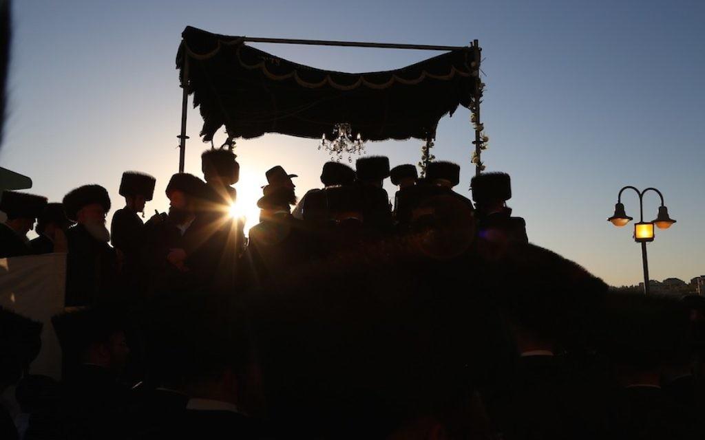 Un juif hassidique célèbre un mariage en Israël, où mariage et divorce sont sous l'autorité légale du grand rabbinat orthodoxe. (Crédit : Yaakov Lederman/Flash90)