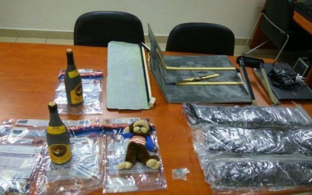 Des bouteilles de vie remplies de MDMA et une valise saturée de la drogue illégale, saisie par la police à l'aéroport Ben Gurion, le 31 juillet 2016. (Crédit : police israélienne)