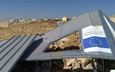 Un abri financé par l'UE dans le village palestinien de Umm al-Khair, démoli par les autorités israéliennes le 9 août 2016 (Crédit : autorisation Guy Butavia)