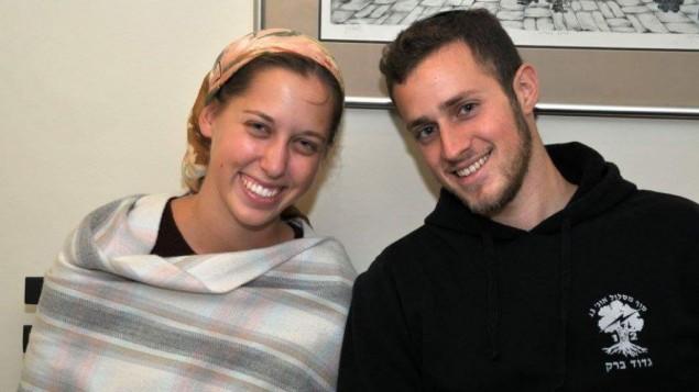 Yisrael et Haviva Yanover, qui se sont mariés pendant leurs services militaires en tant que soldats seuls. Photographie non datée. (Crédit : autorisation)