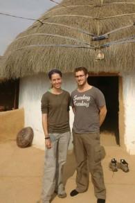 Yisrael et Haviva Yanover, qui se sont mariés pendant leurs services militaires en tant que soldats seuls, pendant leur lune de miel en Inde. (Crédit : autorisation)