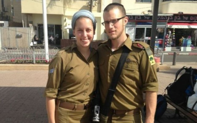 Yisrael et Haviva Yanover se sont mariés pendant leurs services militaires en tant que soldats seuls. Photographie non datée. (Crédit : autorisation)