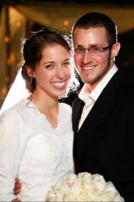 Yisrael et Haviva Yanover à leur mariage en décembre 2014. Ils se sont mariés pendant leurs services militaires en tant que soldats seuls. (Crédit : autorisation)