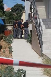 Des policiers inspectent une roquette tirée depuis la bande de Gaza qui a atterri dans Sdérot, au sud d'Israël, le 21 août 2016. (Crédit : police israélienne)