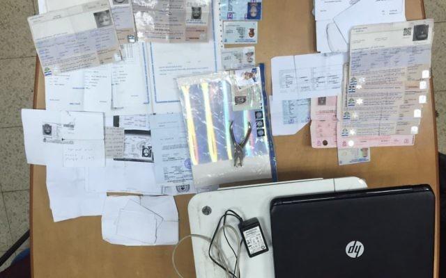 Des documents israéliens contrefaits saisis dans un laboratoire de falsification à Kfar Akraba, en Cisjordanie, le 22 août 2016 (Crédit : Israël Police)