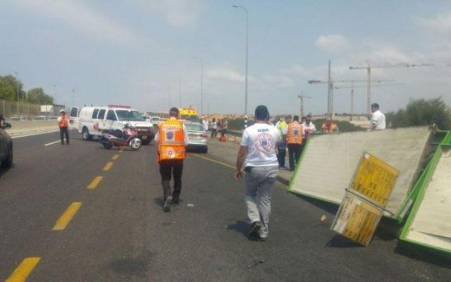 Les lieux de l'iaccident sur la route 2, le 30 août 2016 (Crédit : United Hatzalah)