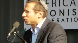 Zev Krengel à une manifestation pro-Israël, à Johannesburg en août 2014 (Crédit : Ilan Ossendryver)