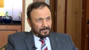 Le général saoudien retraité Anwar Eshki pendant un entretien avec i24News, le 7 septembre 2015. (Crédit : capture d'écran YouTube/i24News)